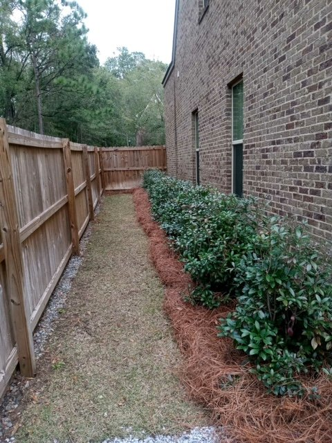LD row of bushes decorating the side of a house done by DC Lawn & Landscape in Fairhope, AL